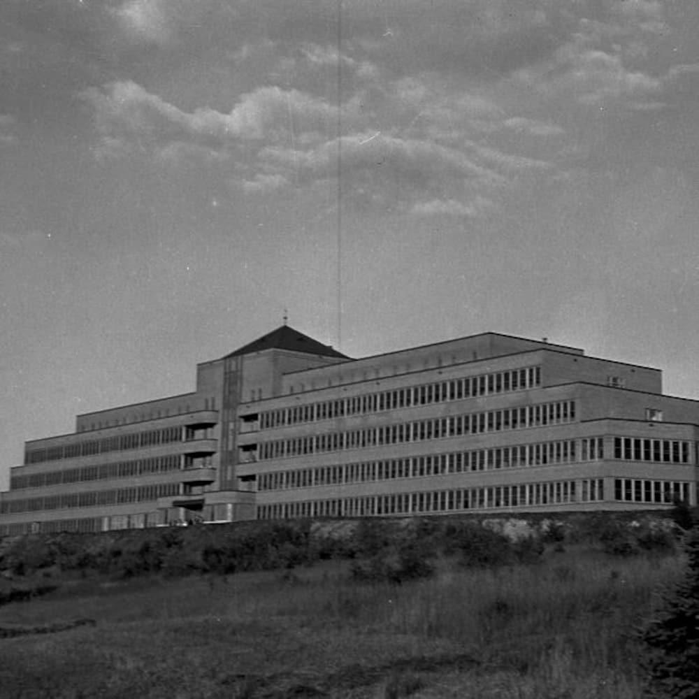 Photographie en noir et blanc du sanatorium de Mont-Joli.
