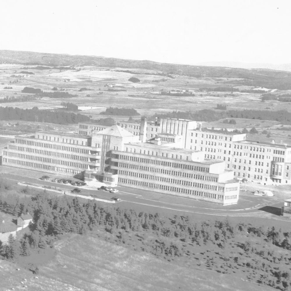 Photographie en noir et blanc des airs du sanatorium de Mont-Joli.