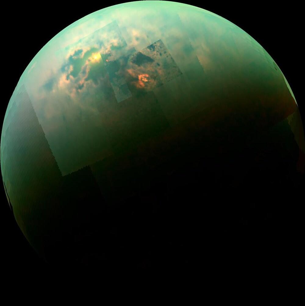 Image mosaïque recomposée captée par Cassini montrant les rayons du solaires brillants dans les mers polaires de Titan.