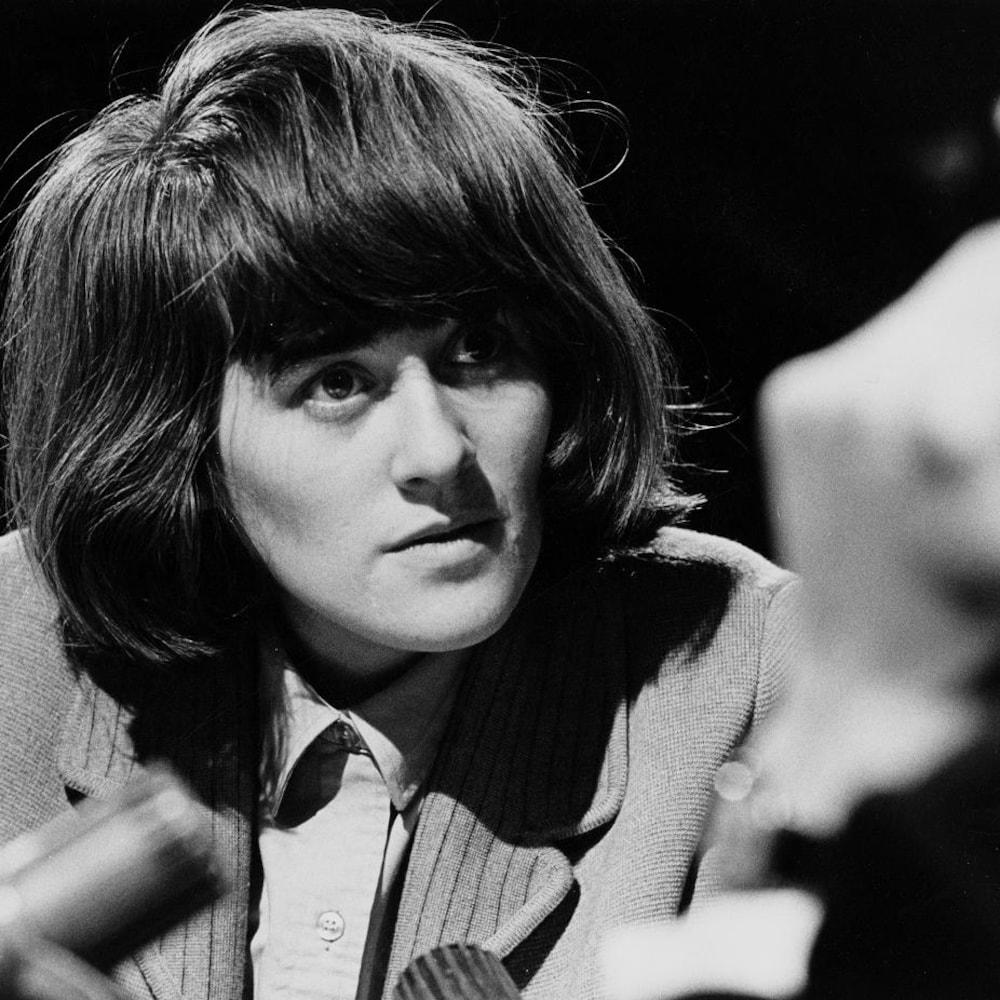 Dans un studio de télévision, l'écrivaine Marie-Claire Blais face à l'animateur Fernand Seguin, durant une entrevue.