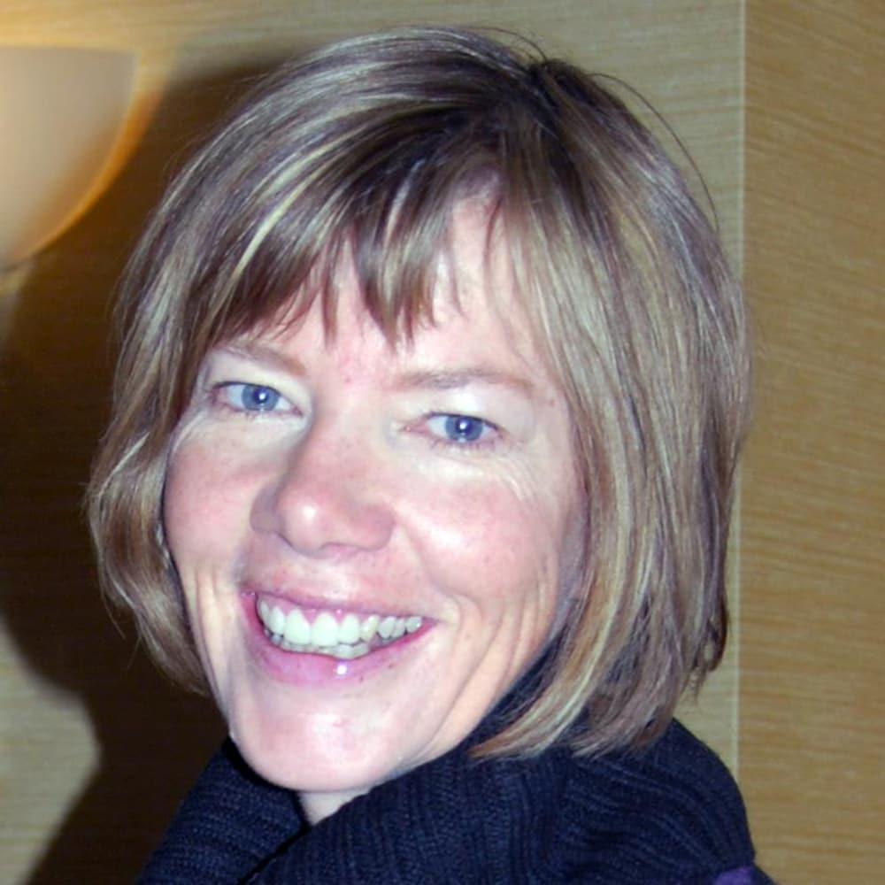 Plan serré du visage souriant de Sharon Proudfoot.