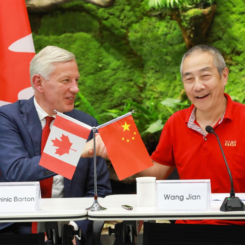 L'ambassadeur du Canada en Chine, Dominic Barton, et le président de BGI Group, Wang Jian.