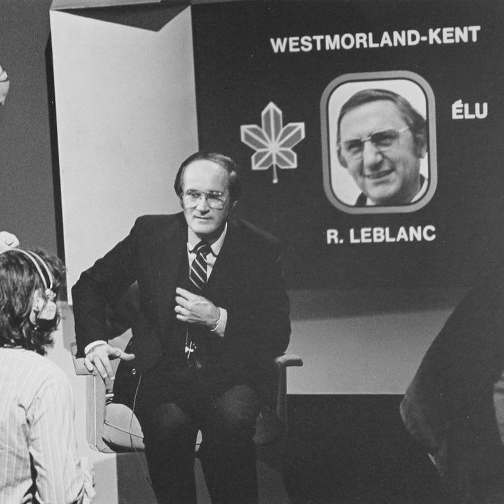 Le présentateur Gabi Drouin devant un écran dévoilant que R. Leblanc est élu dans la circonscription de Westmorland-Kent.