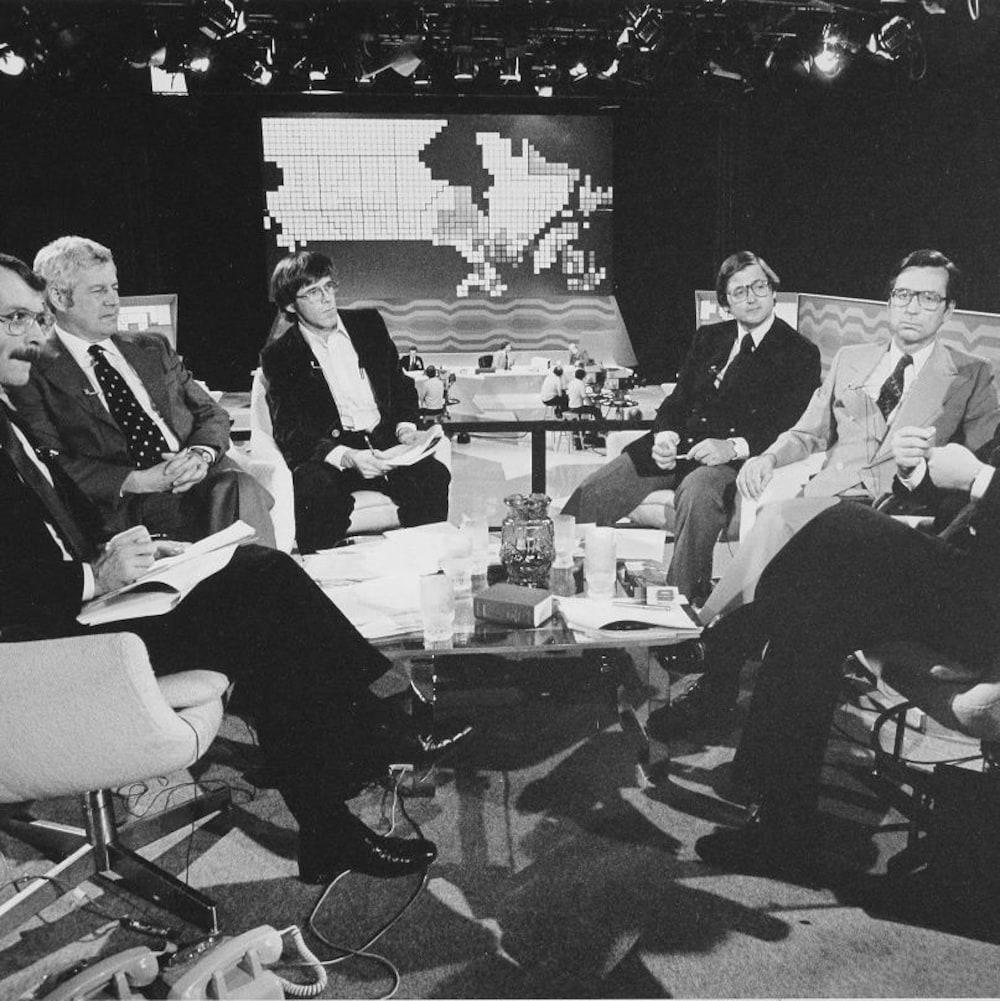 L'animateur Gerard-Marie Boivin, sur le plateau de la soirée des élections, entouré des commentateurs-invités Jean Cadieux, John Richards, Michael Meighen, Robert Bourassa et Rhéal Tetlaine.