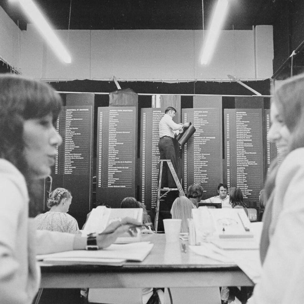 Deux téléphonistes devant le grand tableau des circonscriptions.