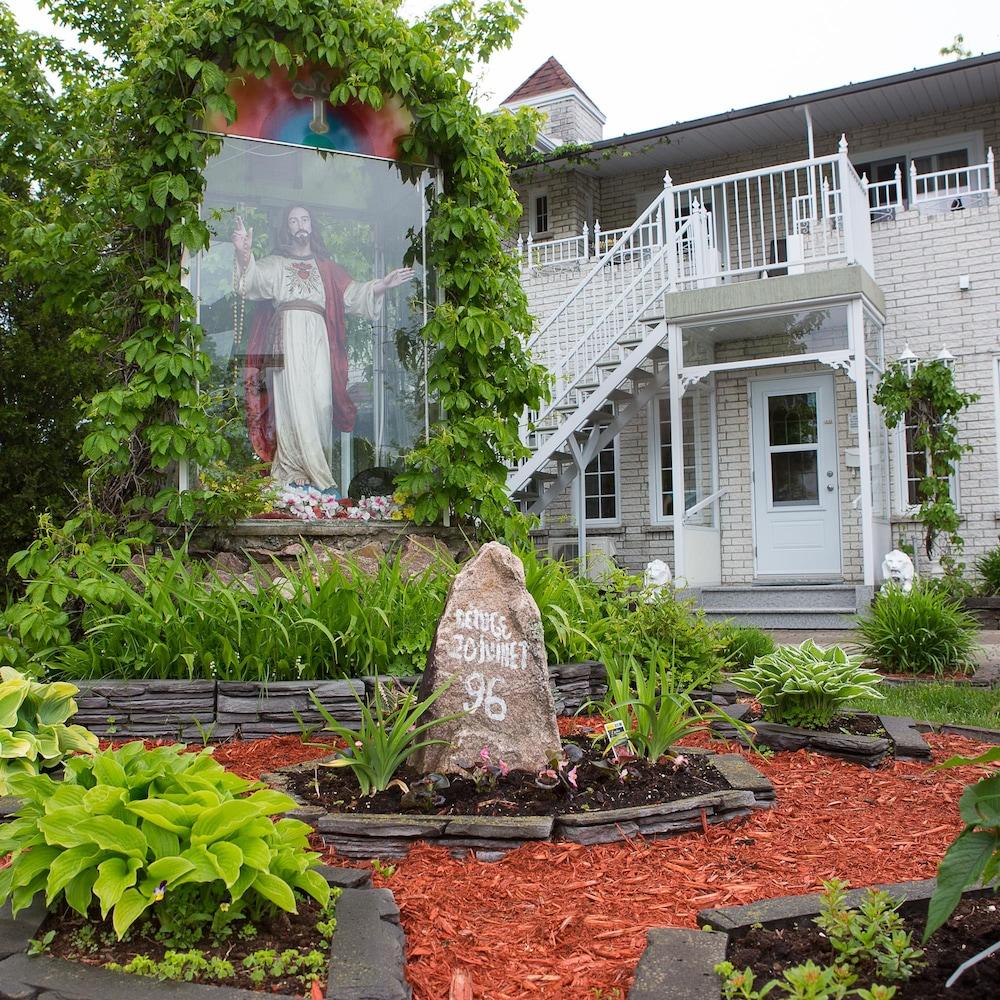 Une monument devant une maison.