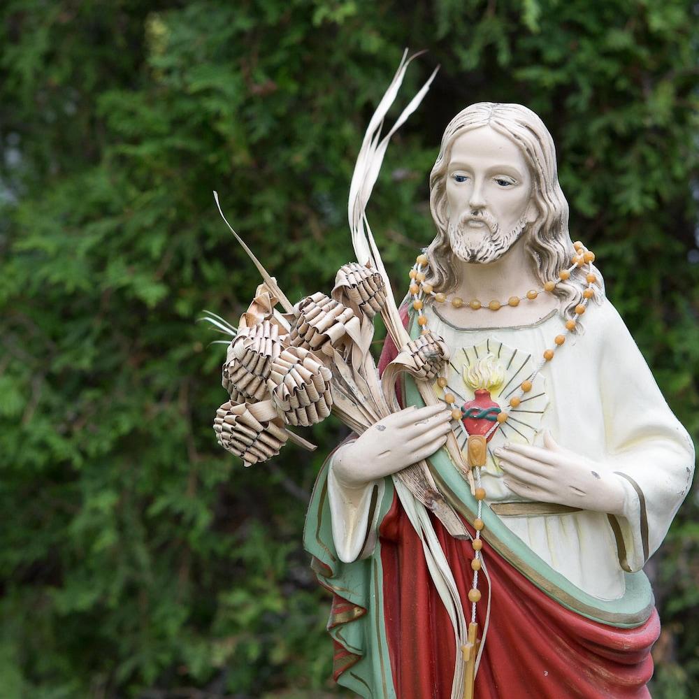 Une statue représentant Jésus.