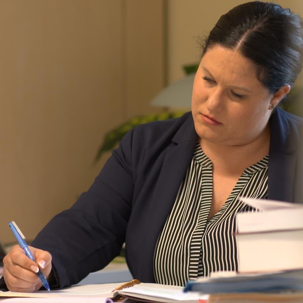 Alisa Lombard à son bureau.