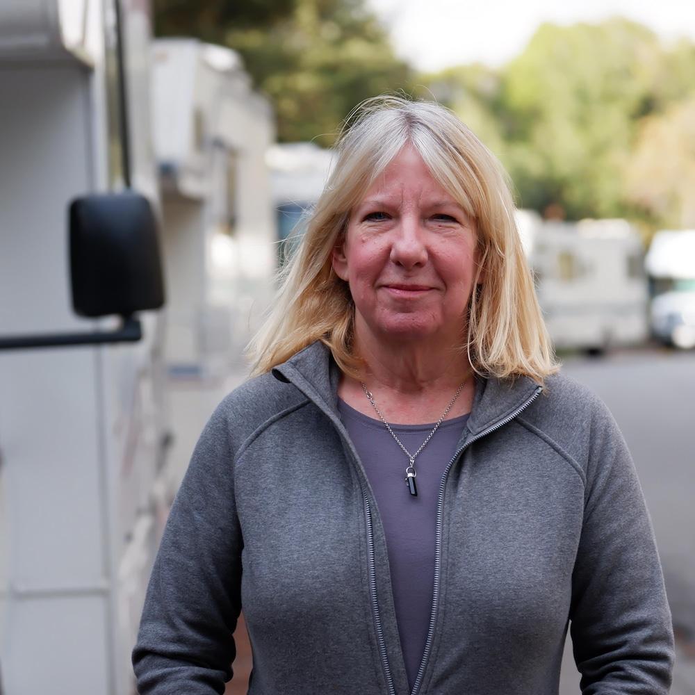 Janet Stevens, devant plusieurs véhicules récréatifs.