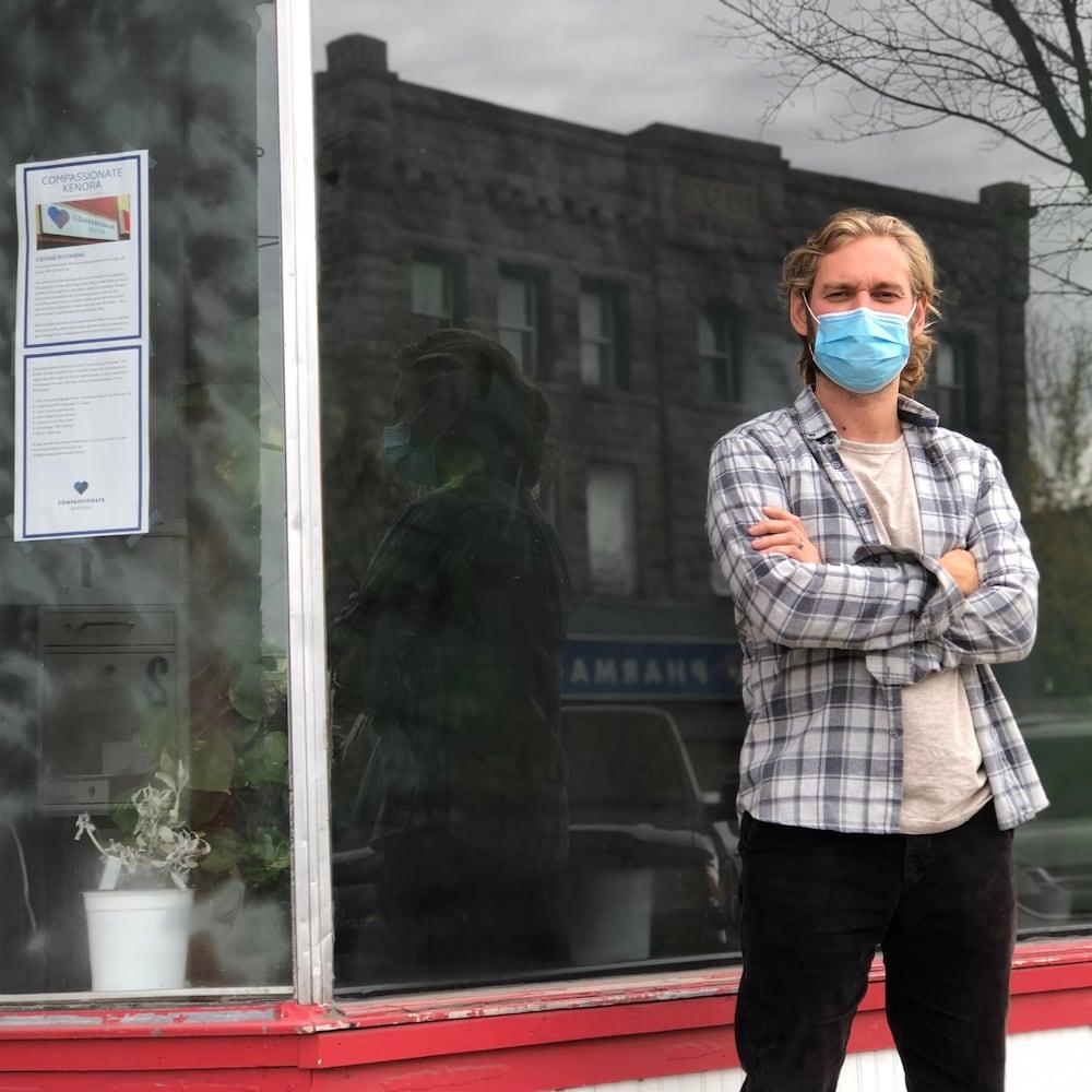Le docteur Jonny Grek porte un masque.