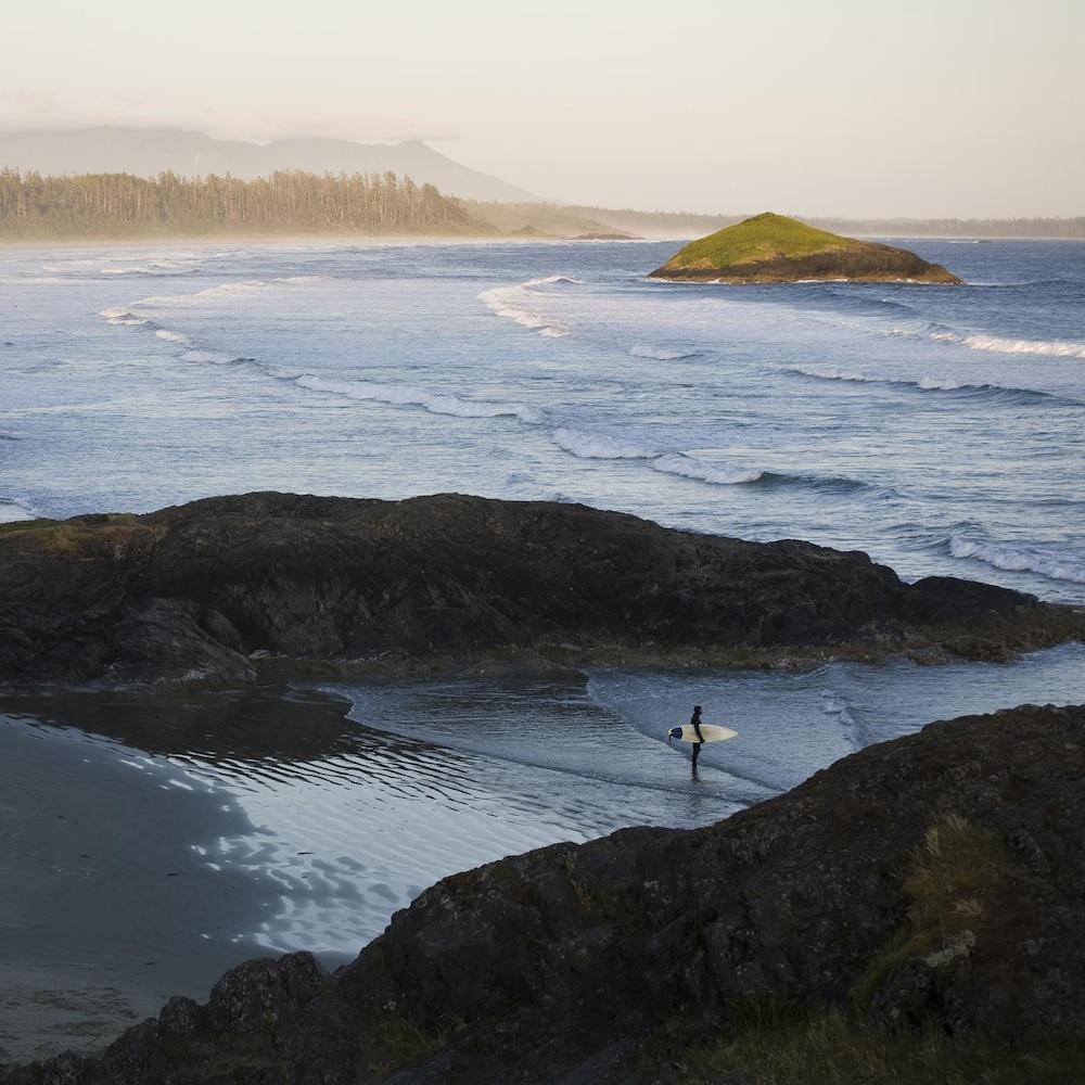Un surfeur sur une plage de Tofino, vu d'en haut.