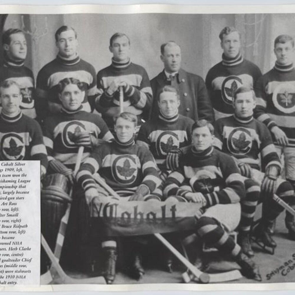 Portrait en noir et blanc d'une équipe de hockey