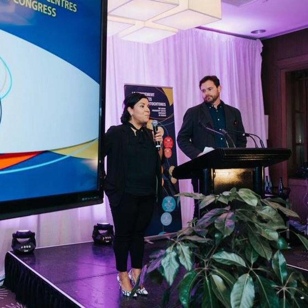 Tanya Sirois et Philippe Meilleur, respectivement directrice générale et président du Regroupement des centres d'amitié autochtones du Québec (RCAAQ), à l'occasion du cinquantième anniversaire de l'organisme. Philippe Meilleur est également directeur général de Montréal Autochtone.