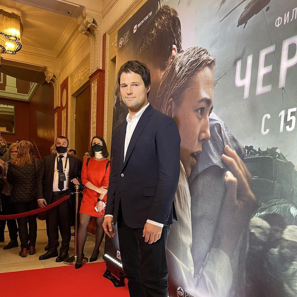 Danila Kozlovsky devant une affiche de son film.