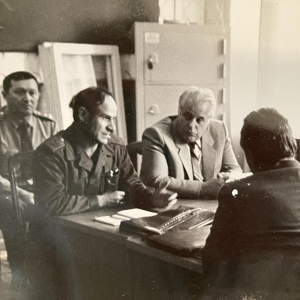 Le général Tarakanov et Yegor Ligachev assis à une table.