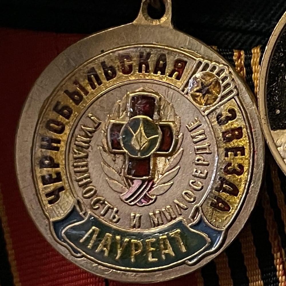 Des médailles d'honneur avec écriture en russe.