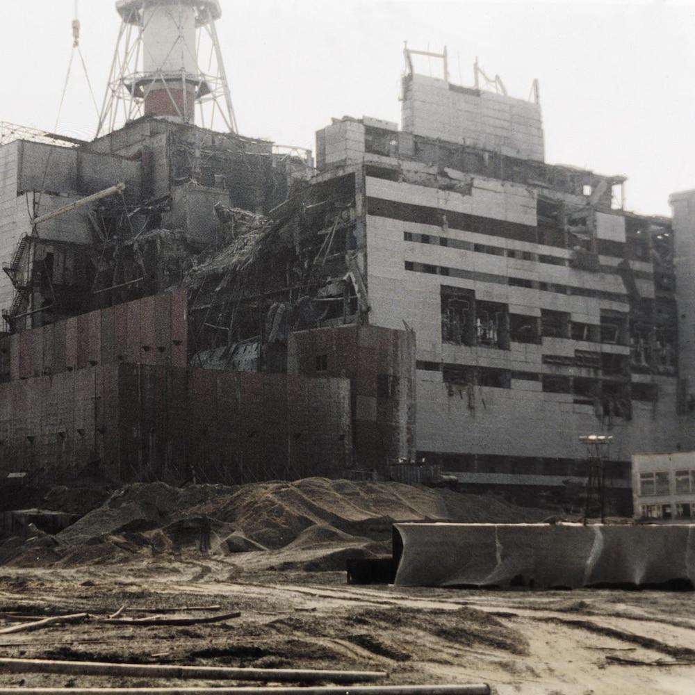 Une grue devant la plante nucléaire partiellement détruite.