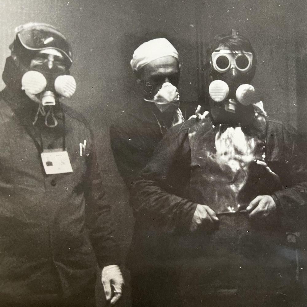 Le général Nikolai Tarakanov et trois soldats portant des masques.