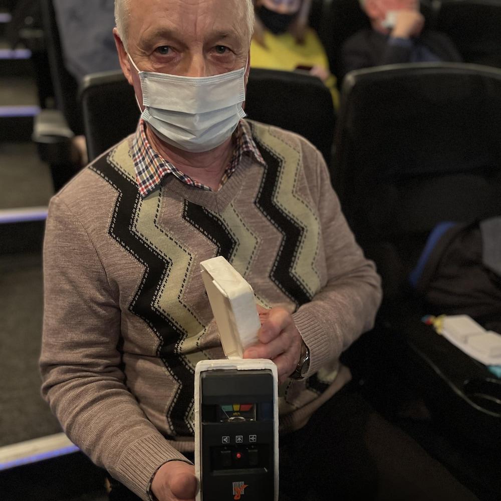 Vassily Karpenko tient un dosimètre.