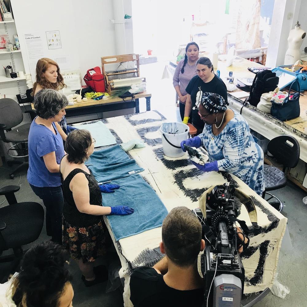 Atelier de teinture « Black Walnut Dye » à la Semaine de la mode autochtone. C'est Carola Jones de la Caroline du Nord qui propose cet atelier.