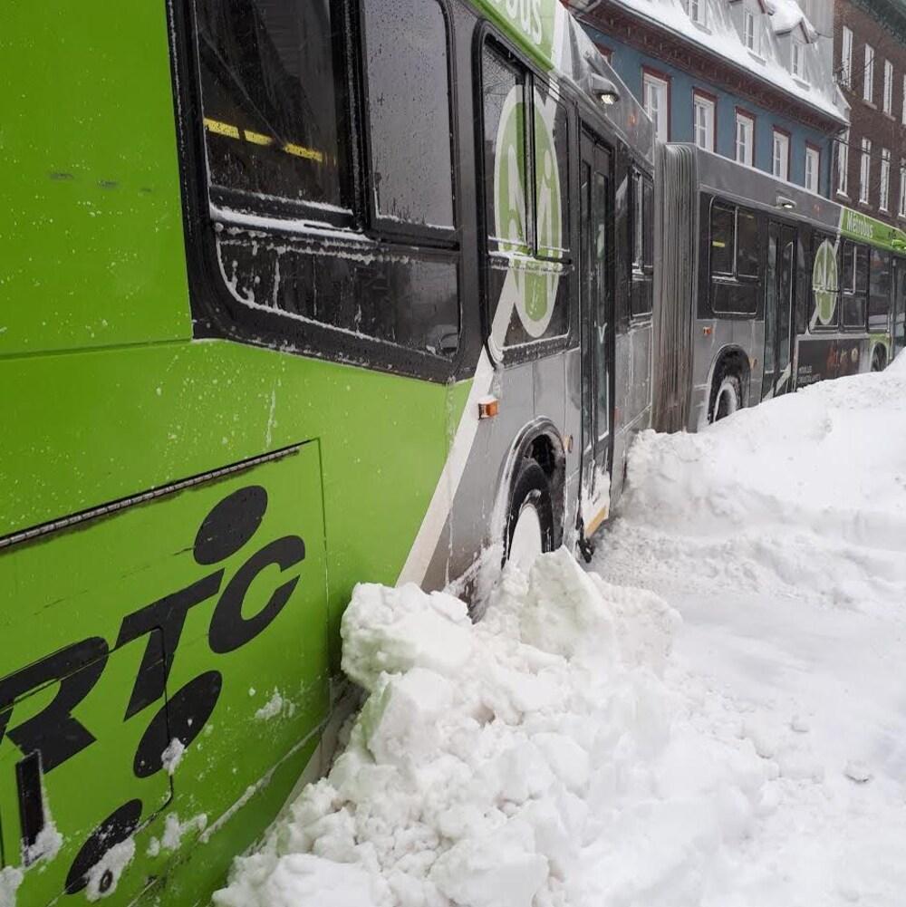 Un autobus du  RTC est enlisé sur la rue D'Aiguillon.