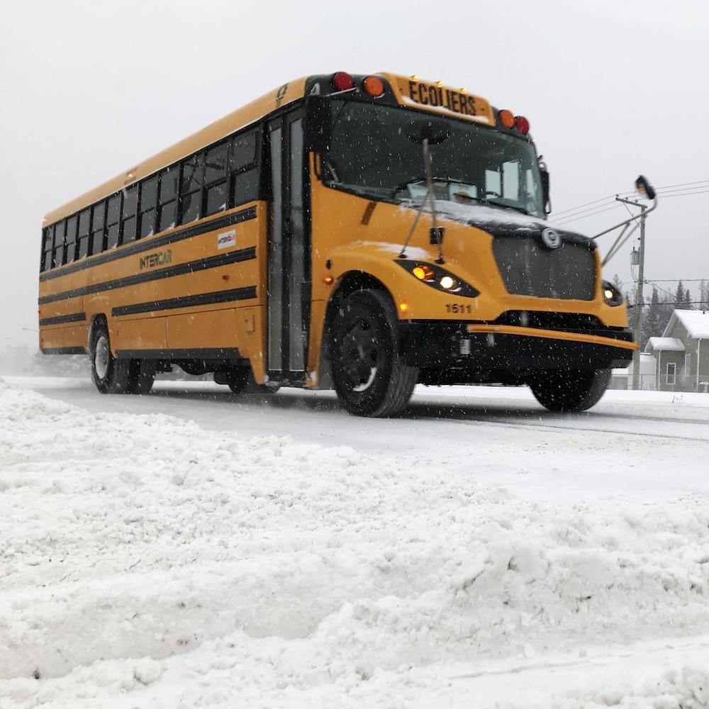 Un autobus scolaire circulant sur les routes de la grande région de Québec.