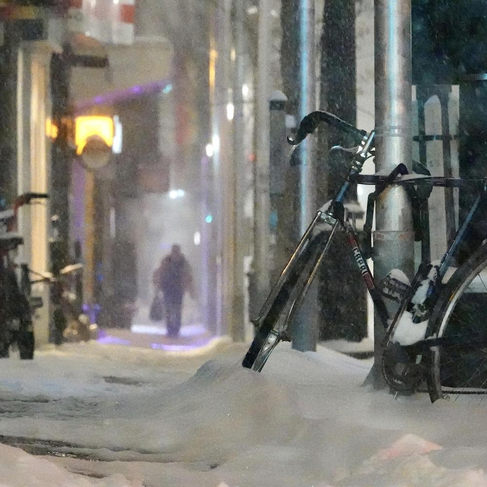 Un vélo sous la neige.