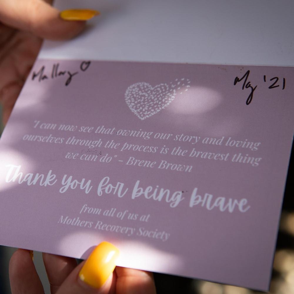 Une carte d'encouragement adressée à Mallory par Mothers Recovery Society.