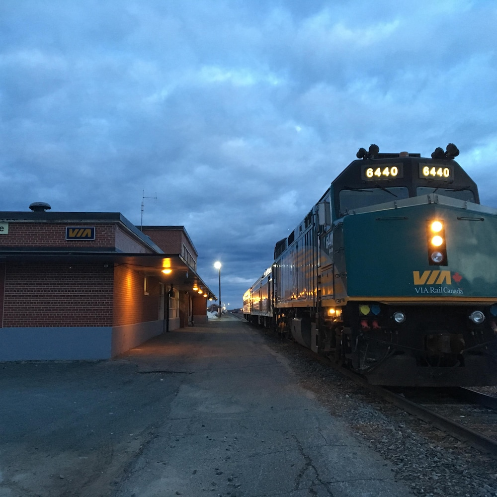 Un train à la gare de Senneterre tôt le matin.