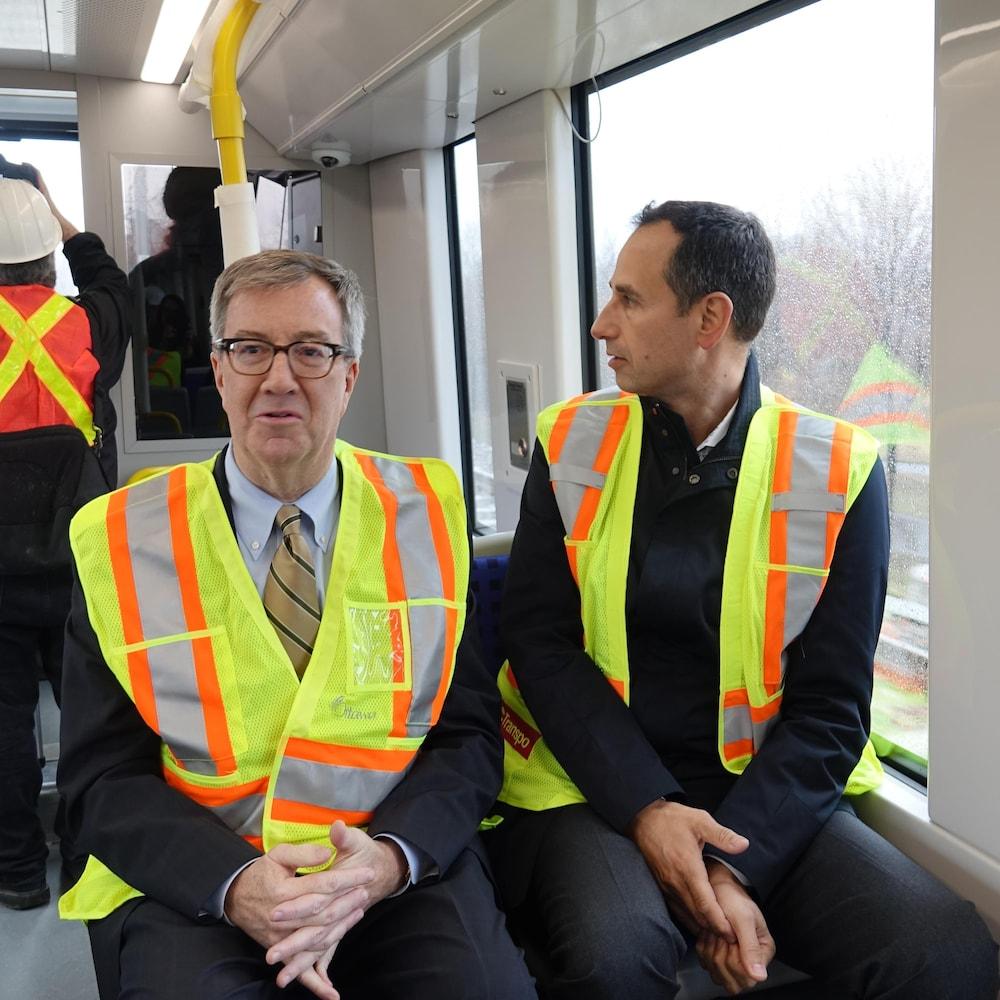 Le maire est assis dans le wagon de tête en compagnie de John Manconi.