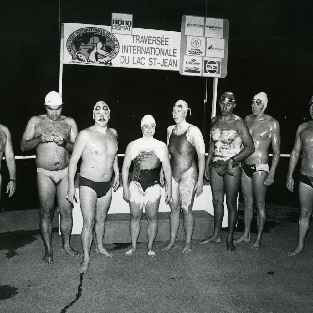 Plusieurs nageurs avant le départ de l'épreuve aller-retour de la traversée du lac Saint-Jean.