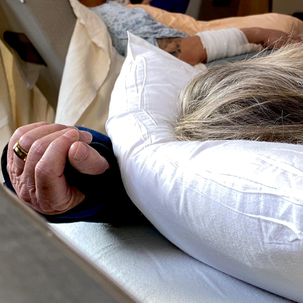 Des patients font une sieste.
