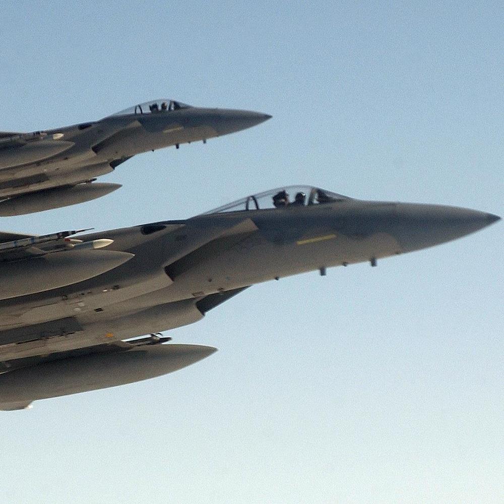 Deux chasseurs F-15 survolent les montagnes de l'Alaska lors de la mission Northern Edge, en 2002.