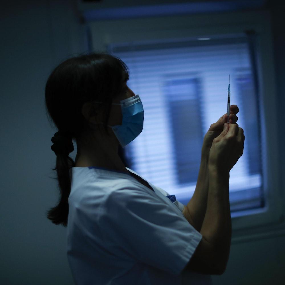 Une infirmière prépare une dose du vaccin Pfizer contre la COVID-19