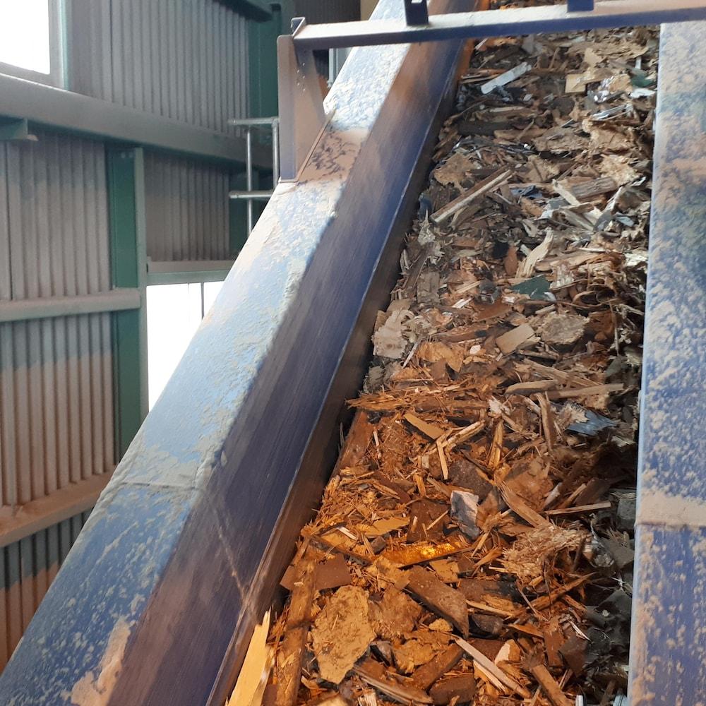 Des matériaux de construction sur une ligne de tri chez Valoris.