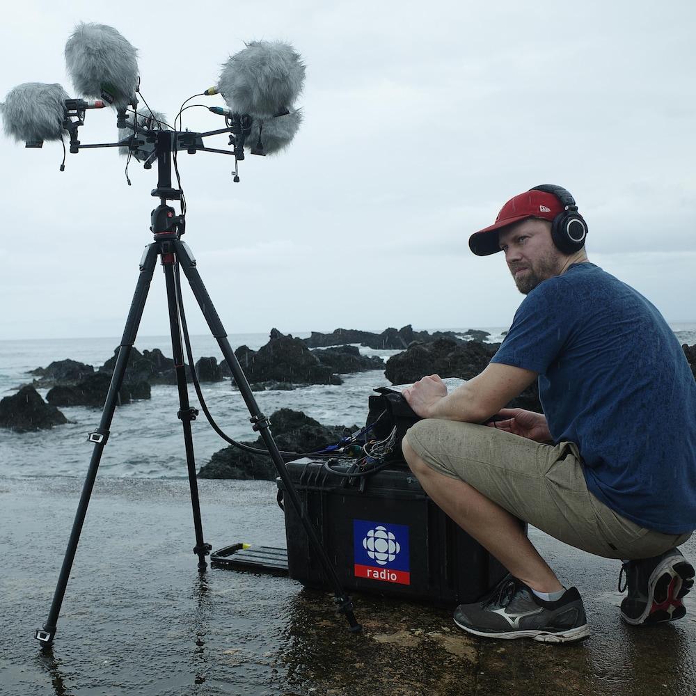 Un équipement sonore déposé dans l'eau.