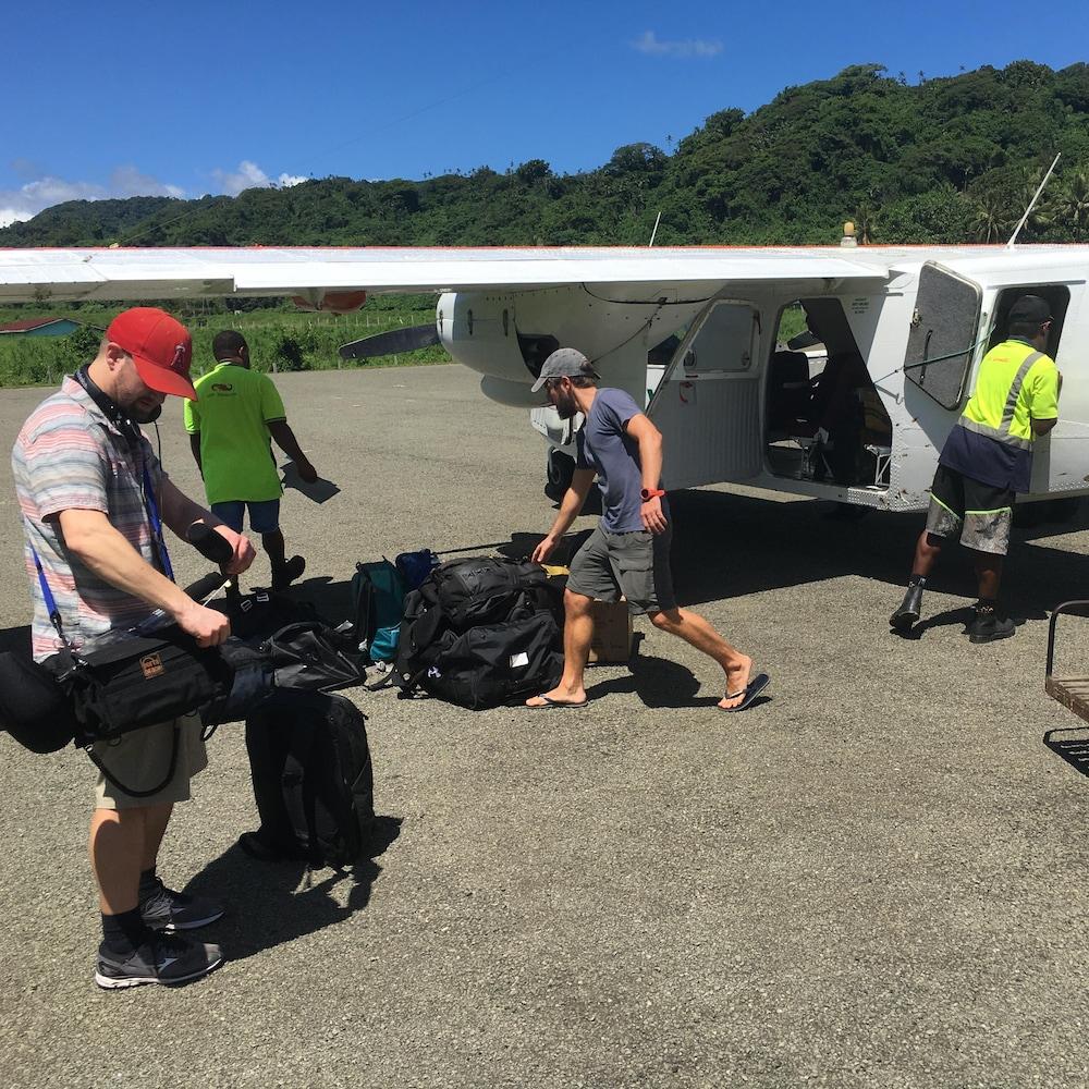 Des passagers descendent d'un petit avion.