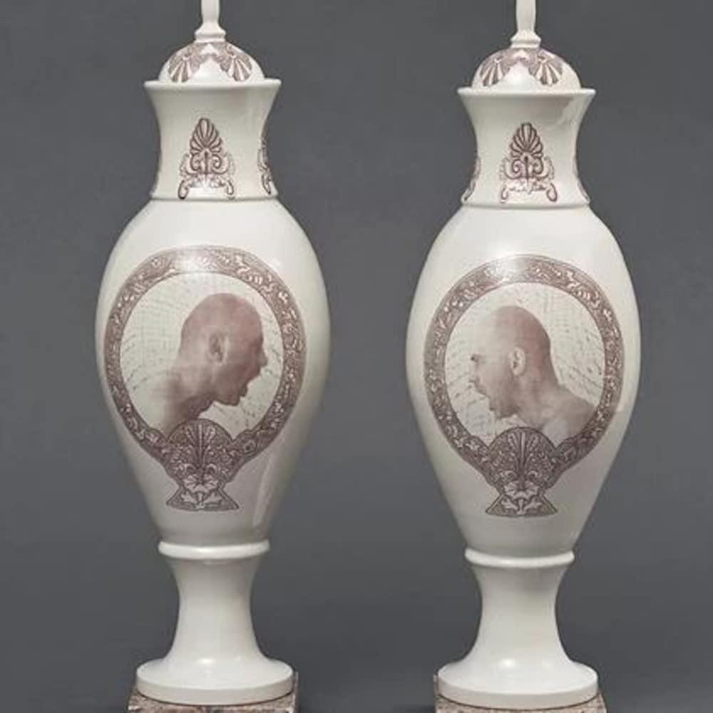 Des vases de Laurent Craste en porcelaine sont installés dans le corridor principal.