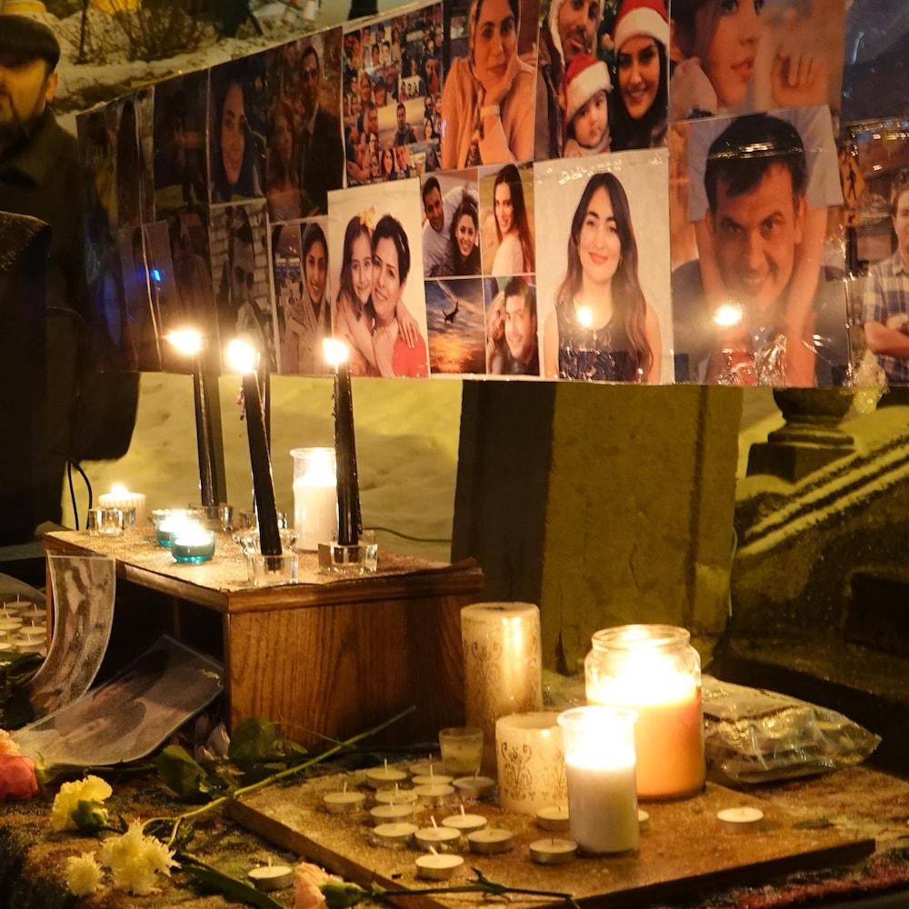 Les photos des victimes canadiennes ont été exposées devant l'Hôtel de Ville de Sherbrooke.