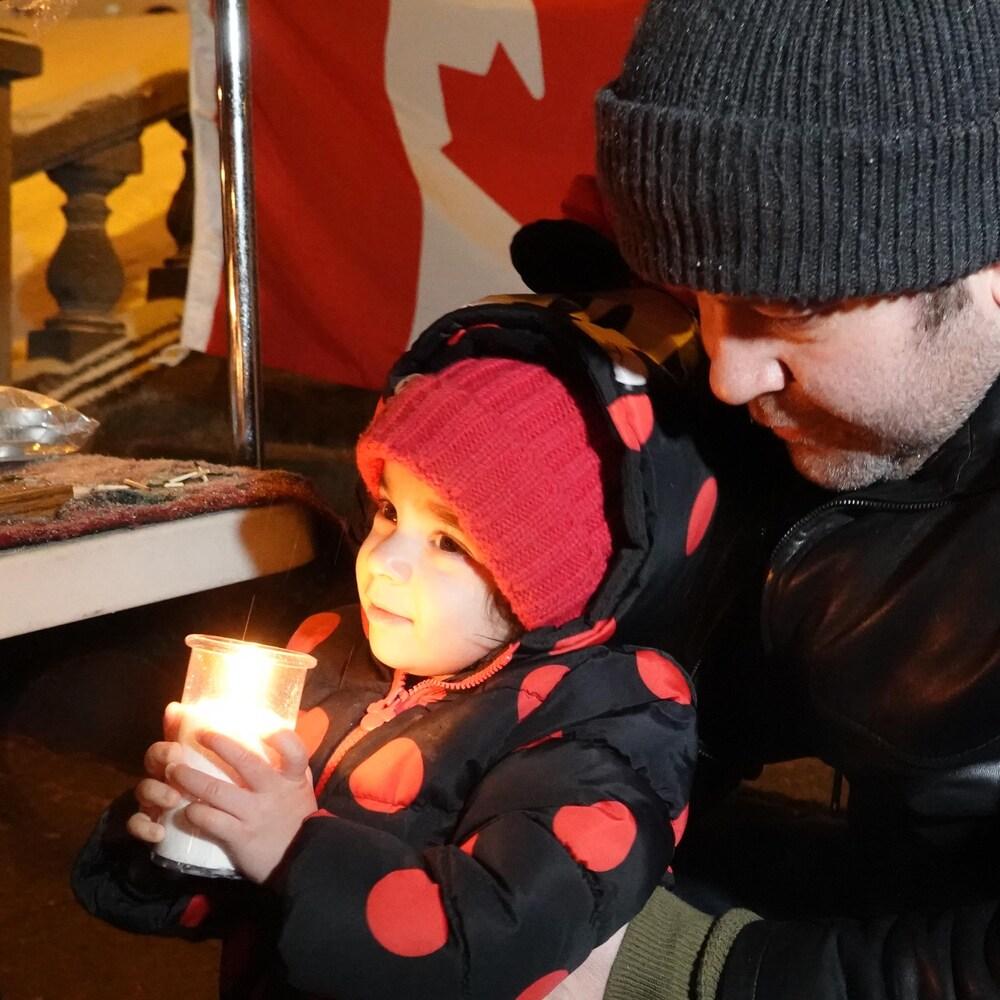 Fardad Tadbiri et sa fille lors de la veillée aux chandelles organisée lundi devant l'Hôtel de Ville de Sherbrooke.