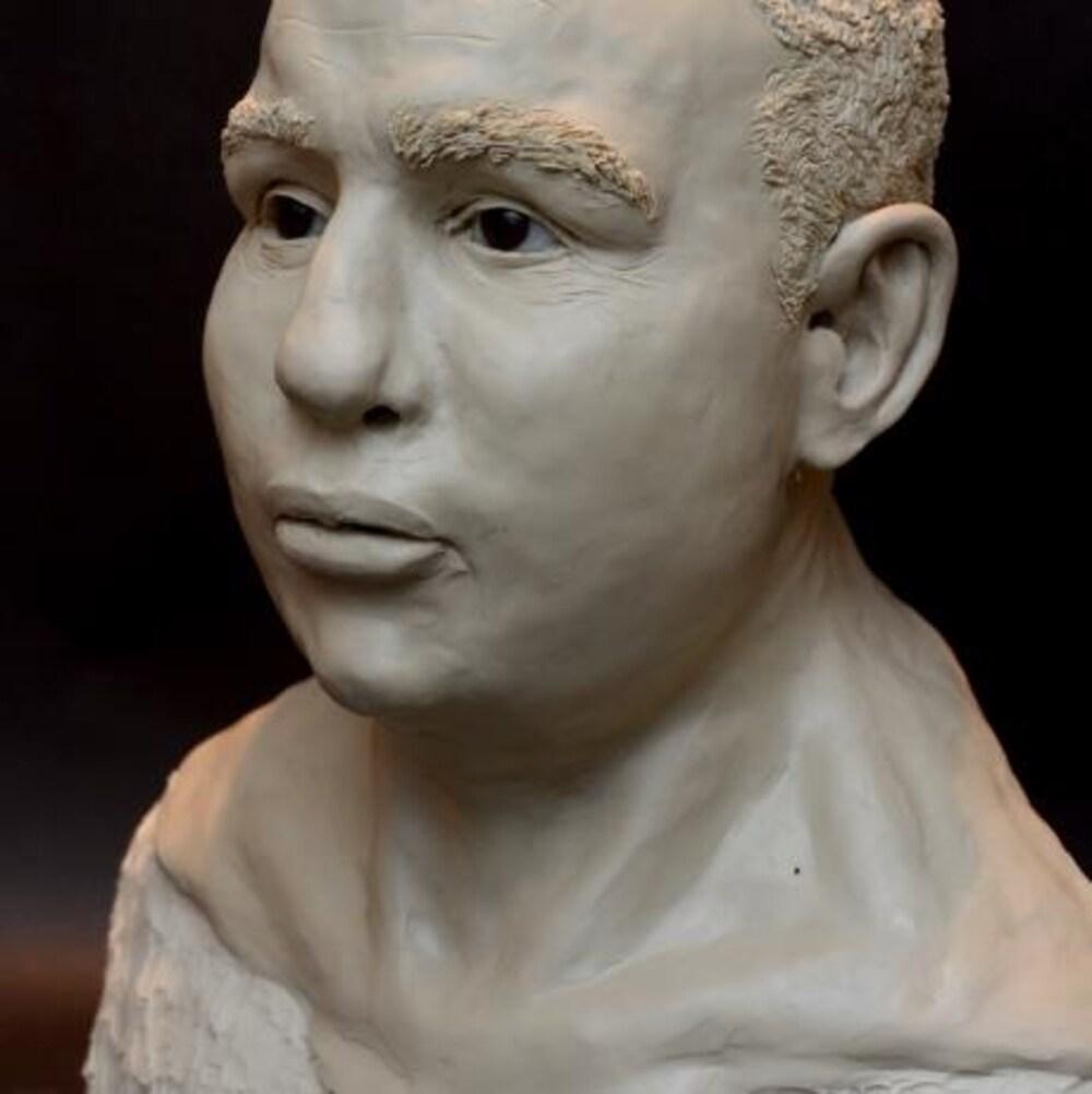 Sculpture de la victime : traits afro-européens.