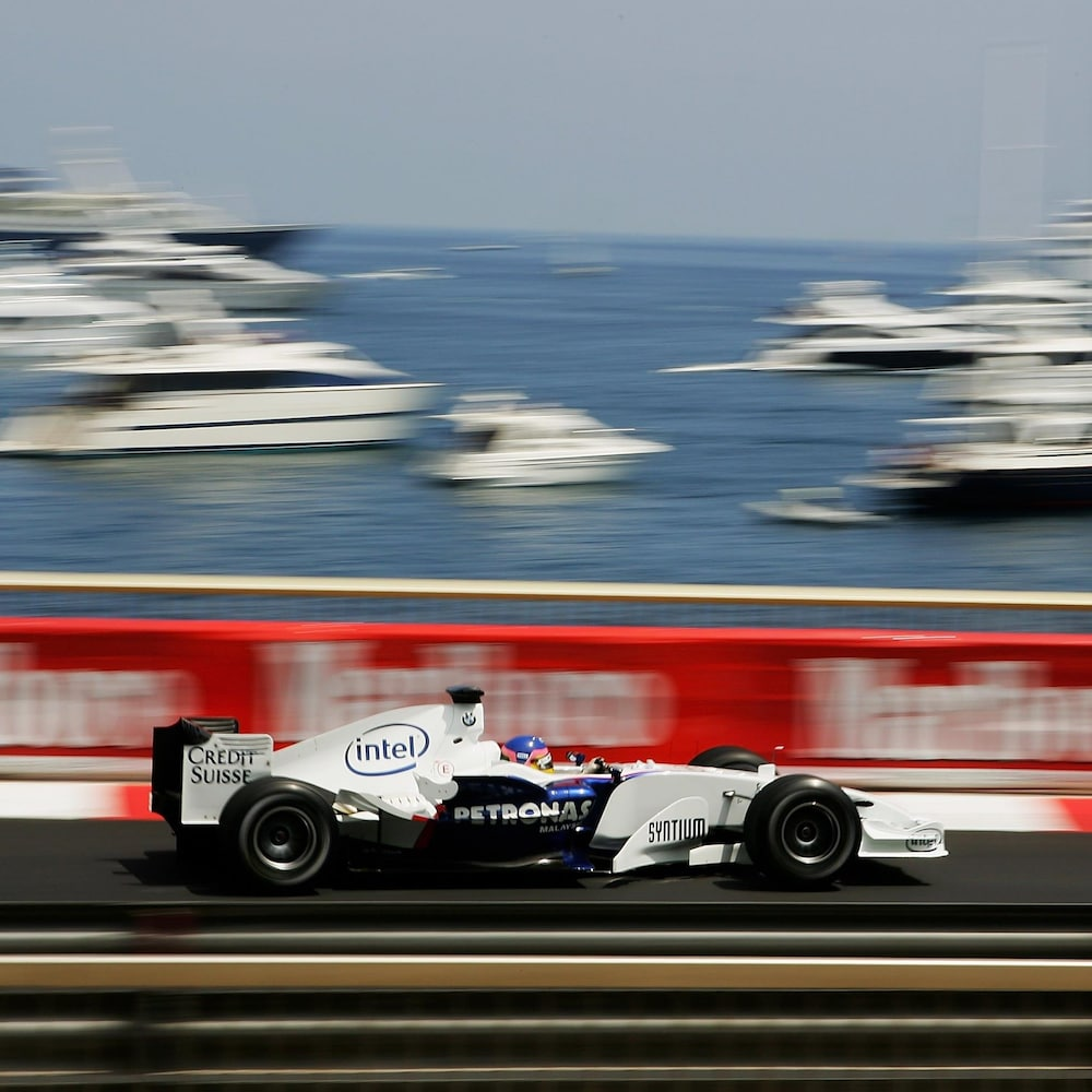 Jacques Villeneuve sur une piste de course.