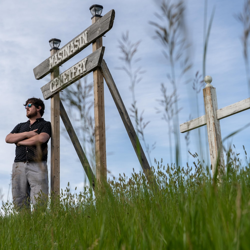 Cody Kapcsos regarde l'horizon près de l'identification du cimetière de Masinasin.