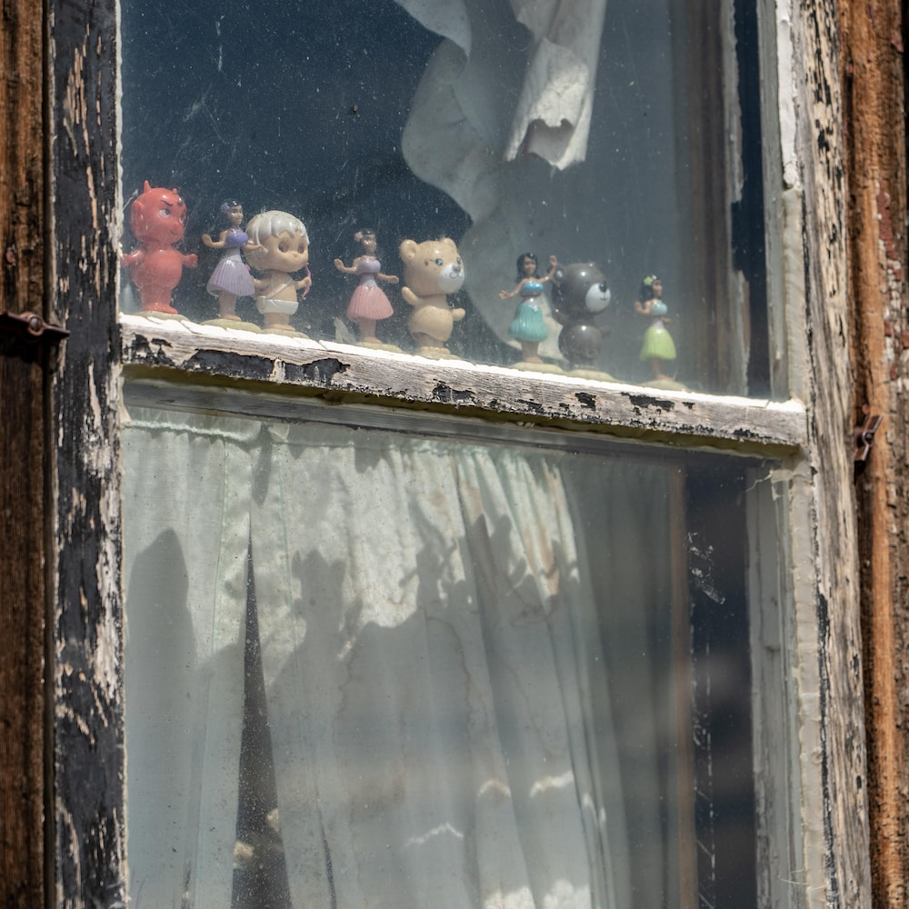 Des figurines dans une fenêtre.
