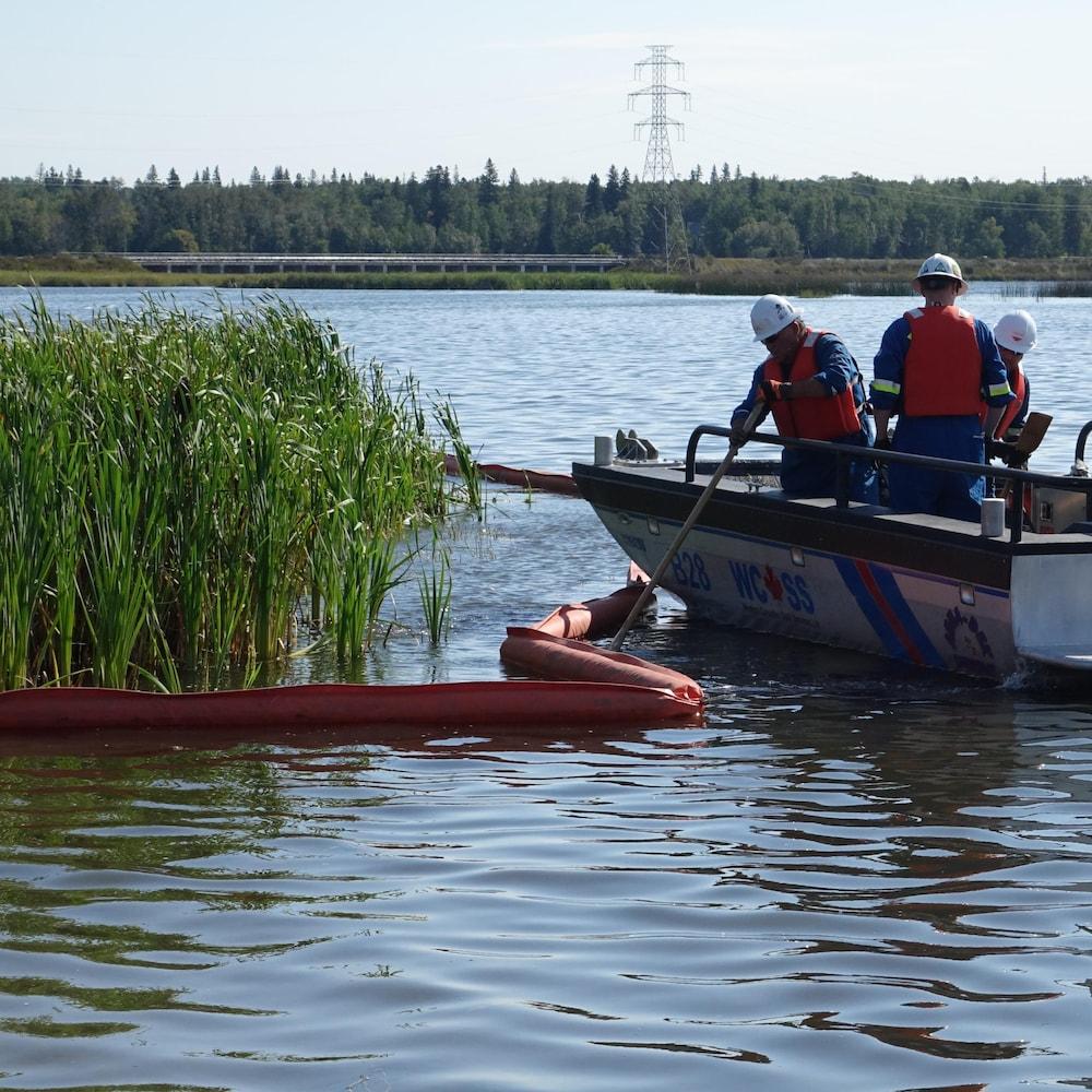 Une barrière flottante est mise en place pour protéger les roseaux.