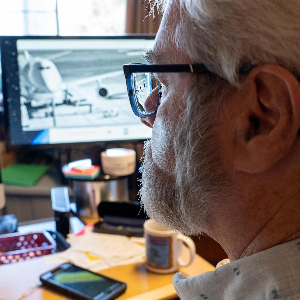 Max Fraser travaille à son bureau.