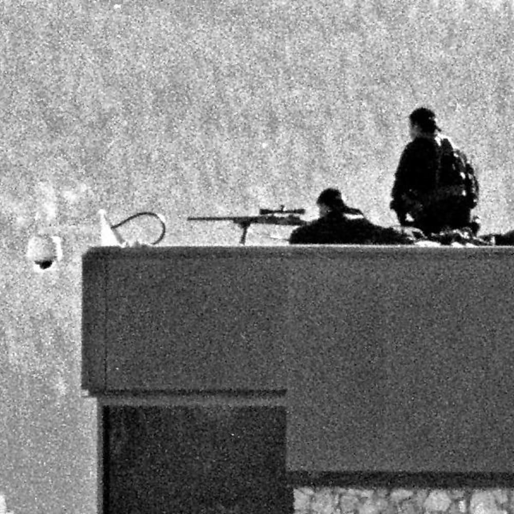 Des tireurs d'élite sont positionnés sur le toit du terminal de l'aéroport.