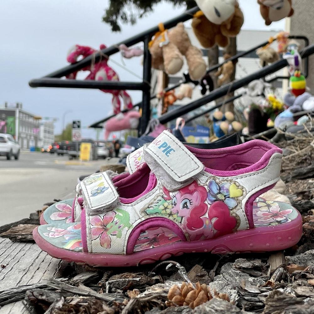 Une paire de petites sandales