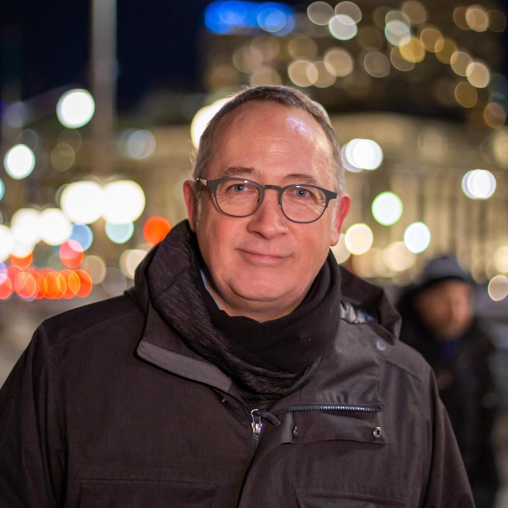 Yves Perron dans une rue d'Ottawa, le soir.