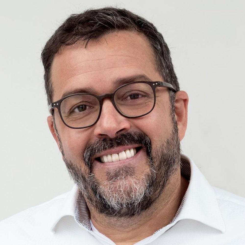 Photo d'un homme avec des lunettes.